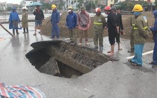 """Ngăn đường, sửa chữa """"hố tử thần"""" trên đường phố TP Vinh"""