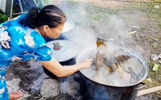 Hun hút khói bếp nấu bánh tét những ngày cuối năm