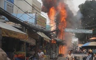 Nổ bình điện trong chợ ở quận Bình Tân, nhiều người dùng bình mini dập lửa