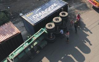 Phút cảnh báo: Nguy cơ lật xe khi chạy xuống gầm cầu Đồng Nai