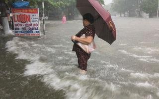 Mưa ngập lịch sử, dân Vinh bì bõm lội nước trên phố về nhà