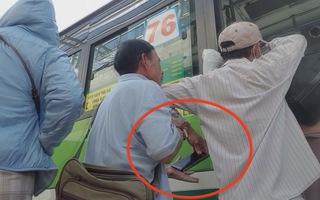 Vạch trần thủ đoạn của băng nhóm dàn cảnh móc túi hành khách đi xe buýt