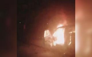 Xe tải bất ngờ bốc cháy dữ dội khi đang sửa chữa trên đường