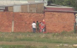 Đi tập thể dục, phát hiện xác chết treo cổ trên tường nhà dân