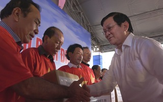 Nguyên Chủ tịch nước Trương Tấn Sang trao tặng thiết bị giám sát hành trình tàu cá cho ngư dân