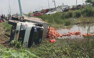Va chạm ô tô, xe tải lật nhào xuống mương nước