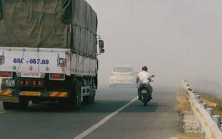 Đốt rơm rạ gây khói mù mịt nhiều tuyến Quốc lộ