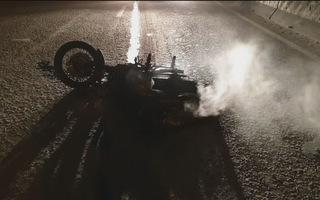 Người đàn ông gục chết bên xe máy tại bãi cỏ ven đường