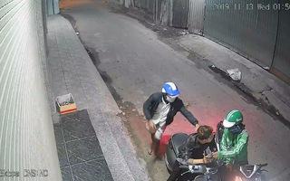 Ngồi bấm điện thoại, một thanh niên bị cướp dí dao cướp tài sản