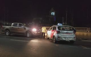 Taxi rượt đuổi xe bán tải gây náo loạn trên Quốc lộ 1