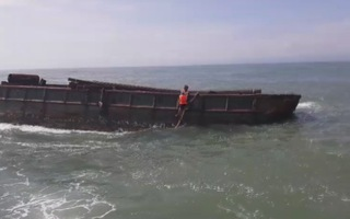 Tàu cứu nạn Bộ đội biên phòng cứu hộ xà lan trôi trên biển
