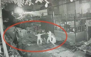 Truy tìm nhóm người đập nhà dân, chém người nhập viện