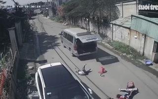 3 học sinh văng khỏi xe đưa rước đang chạy trên đường