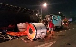 Thùng xe tải vỡ nát, rơi 3 cuộn tôn đè ô tô dừng chờ đèn đỏ
