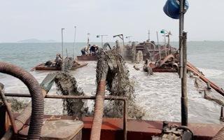 Bắt giữ 3 sà lan khai thác cát trái phép tại khu vực biển Cần Giờ