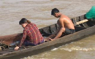 Hứng cá miệng cống trữ nước lũ, dân miền Tây thu nhập hơn triệu đồng mỗi ngày