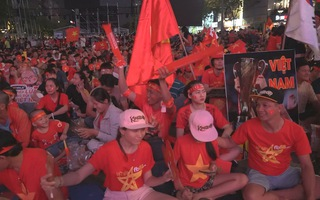 Người hâm mộ hào hứng cổ vũ cho tuyển U22 Việt Nam trong trận đá chung kết SEA Games