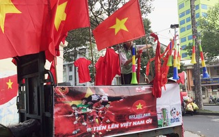 """Đỏ rực """"phụ kiện"""" bóng đá khắp đường phố Sài Gòn trận Việt Nam - Indonesia"""
