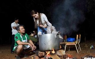Nhiều nghệ sĩ thức đêm cùng các đầu bếp để nổi lửa, nấu nước, tráng bánh phở cho trẻ em vùng sâu