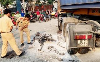 Xe container tông xe máy bốc cháy, một người bị cán nát đùi