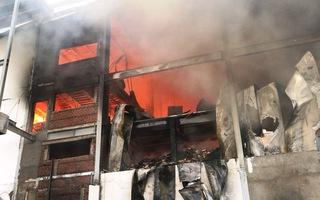Công ty sản xuất bánh kẹo trong khu công nghiệp Sóng Thần cháy dữ dội