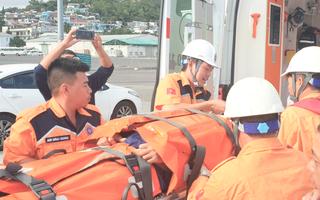 Video: Cứu thủy thủ Indonesia nguy kịch trên Biển Đông