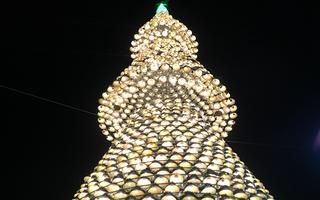 Video: Cây thông khổng lồ làm từ hơn 2000 nón lá ở Đồng Nai