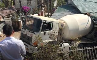 Video: Xe bồn chở bêtông mất thắng lao vào nhà dân