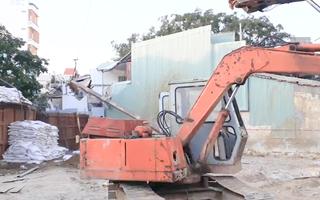 Video: Cần cẩu đứt cáp, thanh sắt rơi xuống nhà dân