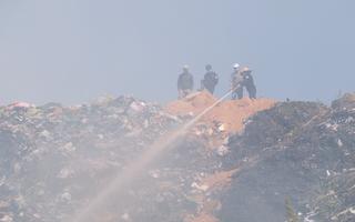 Video: Núi rác Cam Ly bốc cháy tràn khói vào TP Đà Lạt