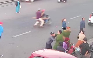 Video: Đối tượng cầm dao đâm công an ra đầu thú