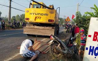 Video: Xe múc đất cán xe bán vé số, 1 người chết