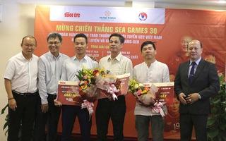 HLV Park Hang Seo trao giải cho bạn đọc Báo Tuổi Trẻ