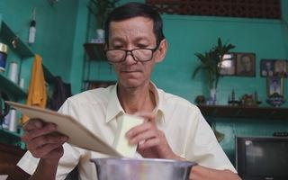 Gặp người 'chữa bệnh' cho sách cổ ở Sài Gòn