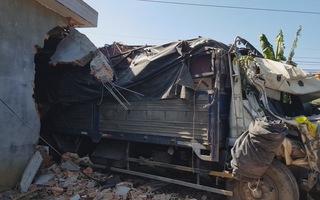 Xe tải tông sập nhà dân, cả gia đình 5 người may mắn thoát chết