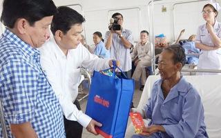 Báo Tuổi Trẻ trao quà Tết ở Bệnh viện Đa khoa Cần Thơ