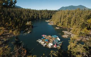 Ngôi nhà nặng hàng trăm tấn trôi nổi trên biển của hai cụ già