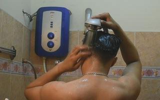 Làm gì để tránh nguy cơ đột tử khi tắm đêm?