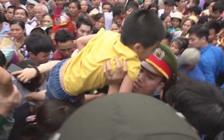 """Biển người đổ về đền Hùng, lực lượng an ninh liên tục """"giải cứu"""" trẻ em"""