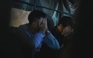Nhiều người che kín mặt rời Công ty Nhật Cường tại Hà Nội trên xe công an