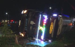 Lật xe khách tại Đồng Nai, 2 mẹ con chết và 18 người bị thương