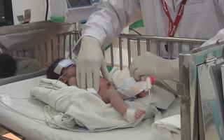 Phẫu thuật cứu bé trai bị dị tật hở thành bụng hiếm gặp