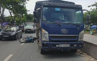 Tránh xe ba gác, một cụ ông ngã ngay vào gầm xe tải