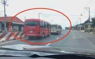 2 xe khách rượt đuổi nhau như phim hành động