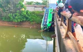 Xe khách lao xuống sông ở Thanh Hóa, 1 người chết, 8 người bị thương nặng