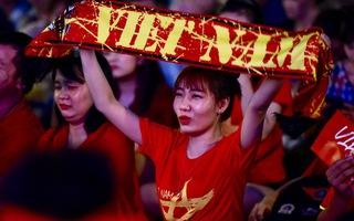 Đáng yêu hàng ngàn cổ động viên cổ vũ tuyển Việt Nam ở phố đi bộ Nguyễn Huệ