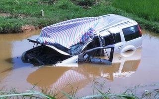 Xe 7 chỗ lật xuống mương, tài xế tử vong, 5 người bị thương