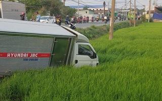 Xe tải 1,9 tấn mất lái, đâm xuống ruộng vì tài xế lên cơn động kinh