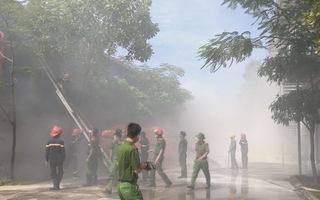 Cháy lớn tại kho chứa nguyên liệu sản xuất giầy da, khói độc tỏa ngút trời