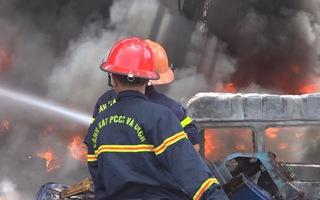 Cháy cơ sơ kinh doanh vỏ xe cũ, khói bao trùm cả khu vực
